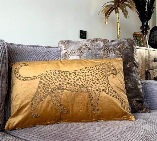 Kussen 'Lopende luipaard', trendy kussen, dierenkussen goud_okergeel, modern kussen, junglemush, 310-20-109-Jungle, 2